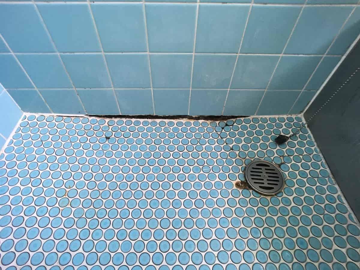 タイル張りのお風呂の壁と床にあいた隙間(穴)