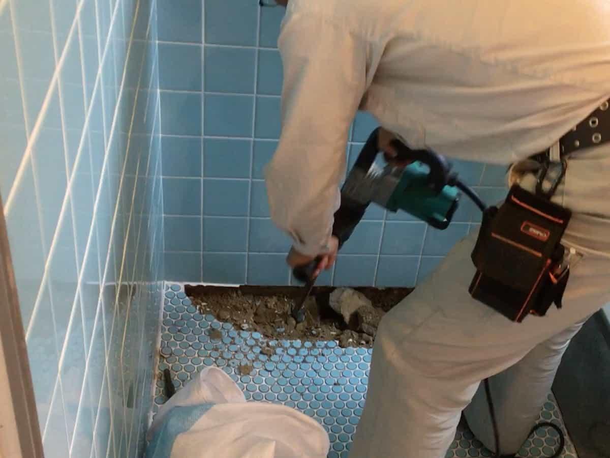 タイル張りのお風呂場の床を壊す様子