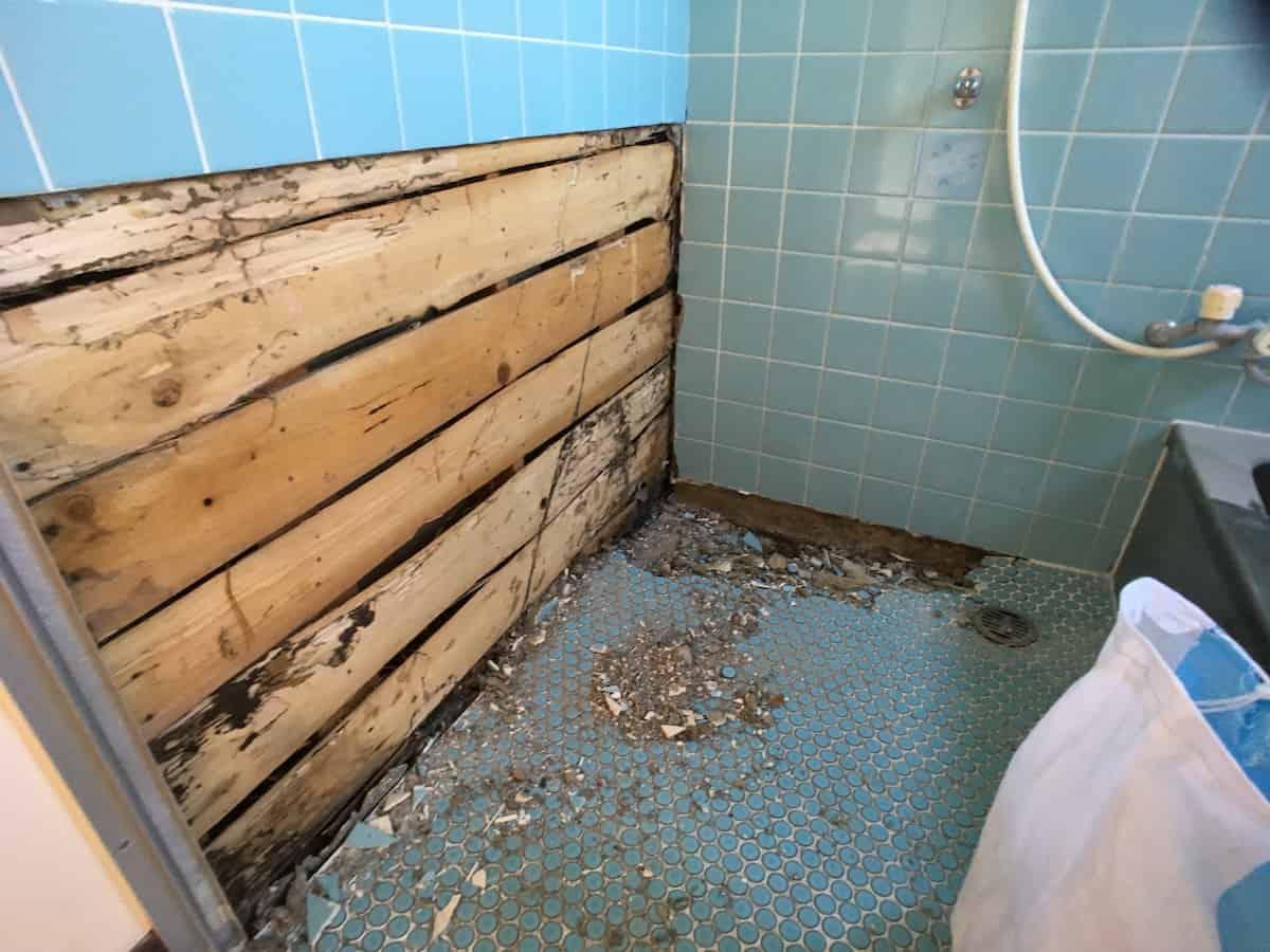 タイル張りのお風呂場の床と壁を壊した様子