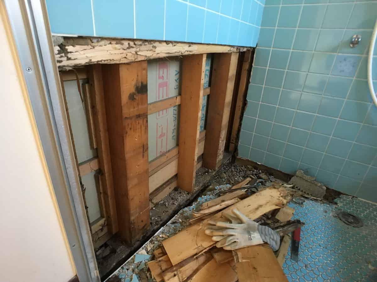 腐食とシロアリ被害のあるお風呂場まわりの木材