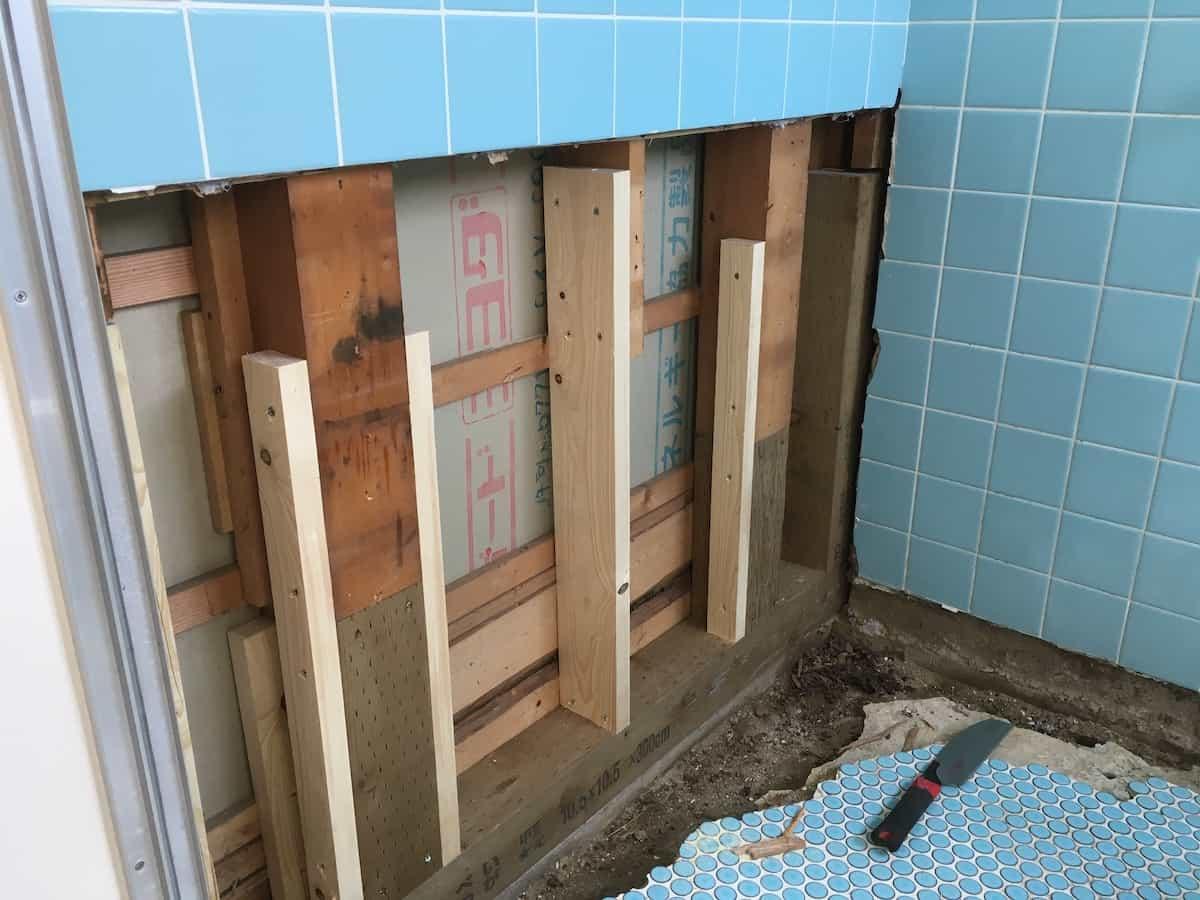 柱や基礎の木材を入れ替えた様子