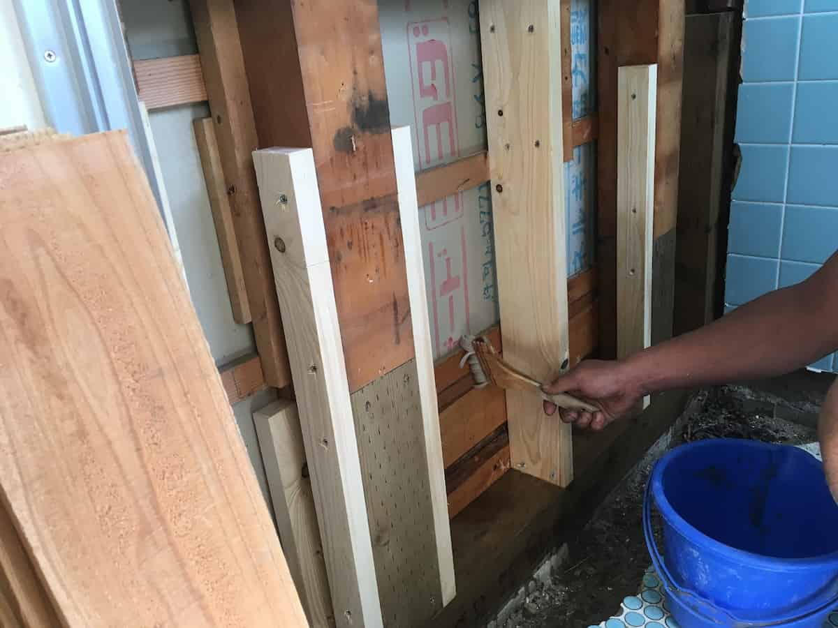新しく入れ替えた木材にシロアリ駆除の薬剤を塗る