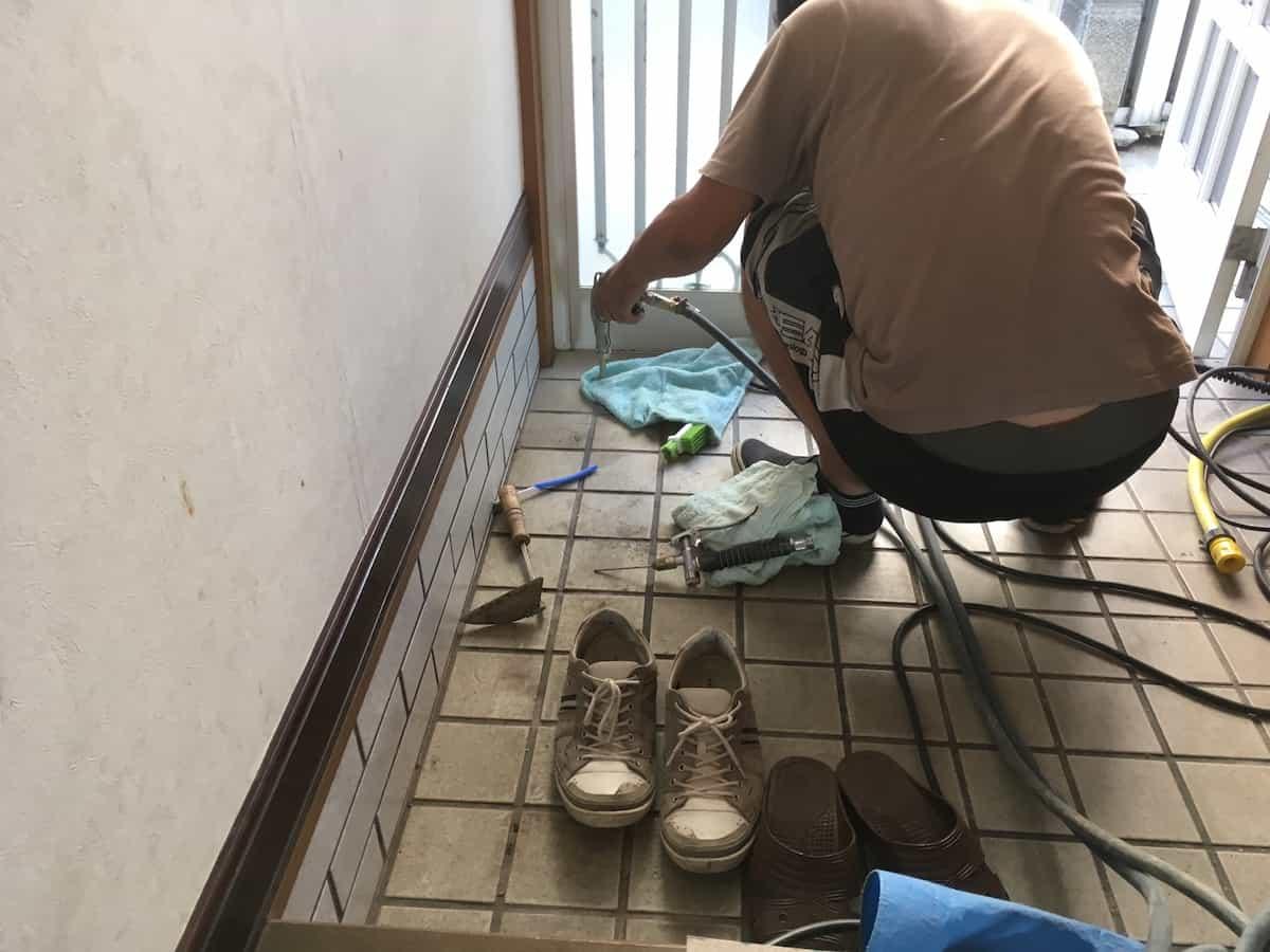 玄関まわりの床や壁にシロアリ駆除の薬剤を注入