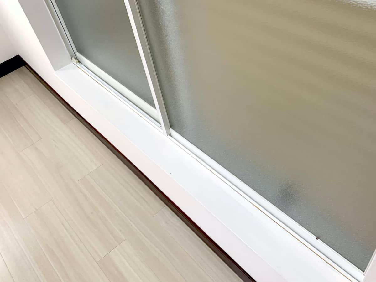 窓枠木部に塗った水性ペンキが乾燥した様子