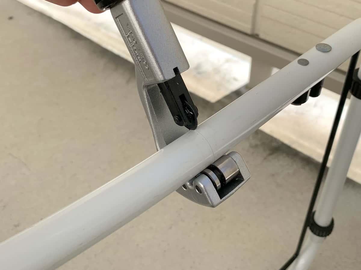 パイプカッターで金属パイプ(ステンレス・鉄・アルミ・真ちゅう)を切断・カットする様子